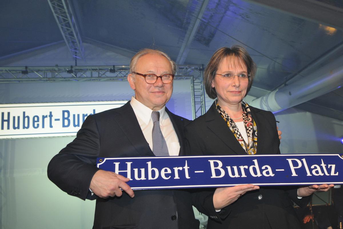 Zum 70. Geburtstag erhielt Hubert Burda durch Oberbürgermeisterin Edith Schreiner 2010 einen nach ihm benannten Platz, die Ehrenbürgerwürde Offenburgs wurde ihm bereits im Jahr 2000 verliehen.