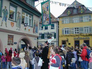 Auch am Rathausfenster klopft der Storchenvater Alois Krafzcyk, umringt von vielen Haslacher Kindern, an.