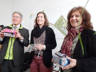 """OB Müller mit """"3D-Brille"""" sowie Katja Hess und Monika Himmelspach, die das Programm des Lahr Pavillons auf der Landesgartenschau vorstellten."""