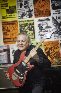 """Es bleiben die Erinnerungen: Jo Neckermann rockt ein letztes Mal die Bühne, hier mit seiner ersten E-Gitarre """"Triumphator""""."""