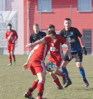Der SC Hofstetten (rotes Trikot) nahm gestern Nachmittag beim SV Kuppenheim einen Punkt mit.