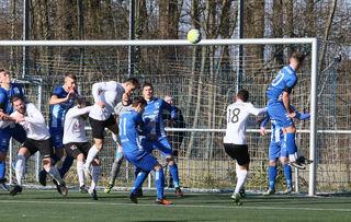 Die Abwehr des SV Oberachern (blaues Trikot) hatte gestern Nachmittag im Spiel gegen das Spitzenteam aus Villingen Schwerstarbeit zu verrichten.