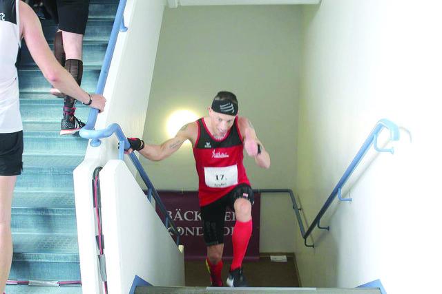 Der Ruster André Weinand bei seinem Weltrekordlauf im Annastift-Hochhaus in Hannover