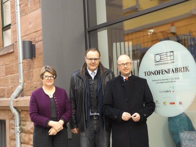 Zur Spendenübergabe trafen sich Jürgen Rixinger, Bürgermeister Guido Schöneboom und Museumsleiterin Gabriele Bohnert (v. r.).