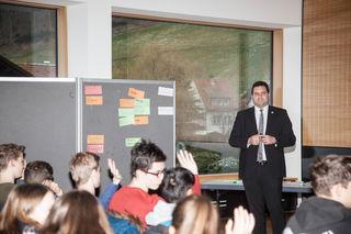 Ansprechpartner: Bürgermeister Matthias Bauernfeind informierte Jugendliche und diskutierte mit ihnen.