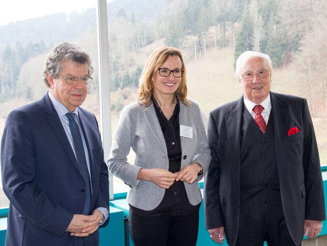 Katrin Schütz, Staatssekretärin im Wirtschaftsministerium Baden- Württemberg (Mitte) mit Unternehmensgründer und Inhaber Erwin Junker (rechts) und CEO Rochus Mayer.