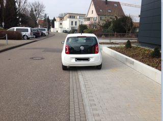 Das Parken ist auf dem Gehweg nicht erlaubt.