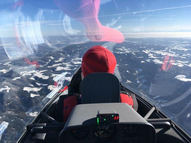 Joachim Treier fliegt Richtung Feldburg im Hintergrund Alpen.