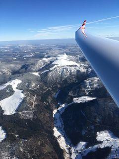 Flug am Feldberg aus großer Höhe, im Hintergrund der Schluchsee.