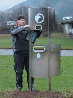 """Regelmäßig befüllen Mitarbeiter des Bauhofs die """"Dog-Stations"""" im Stadtgebiet mit Entsorgungstüten."""