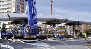 Die Stahlteile zu je 50 Tonnen wurden am Donnerstag über den Autobahnzubringer angeliefert und direkt von den Sattelschleppern auf die Behelfsstützen gesetzt.
