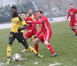Der SV Oberkirch (gelbes Trikot) gewann knapp mit 1:0 das Spiel gegen den Tabellenletzten aus Hausach.