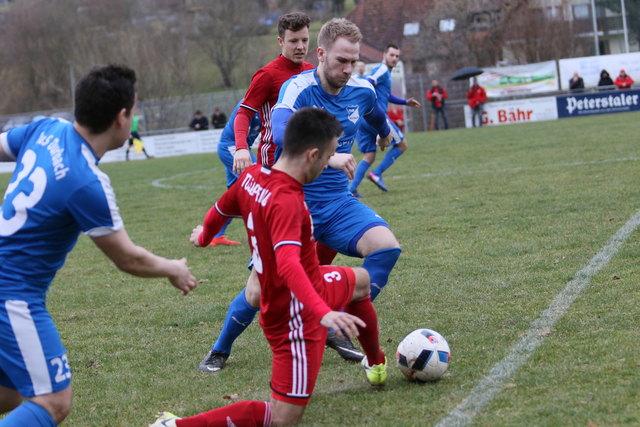 Der TuS Durbach überraschte mit einem klaren 3:0-Sieg im Derby gegen Spitzenreiter Durbach.