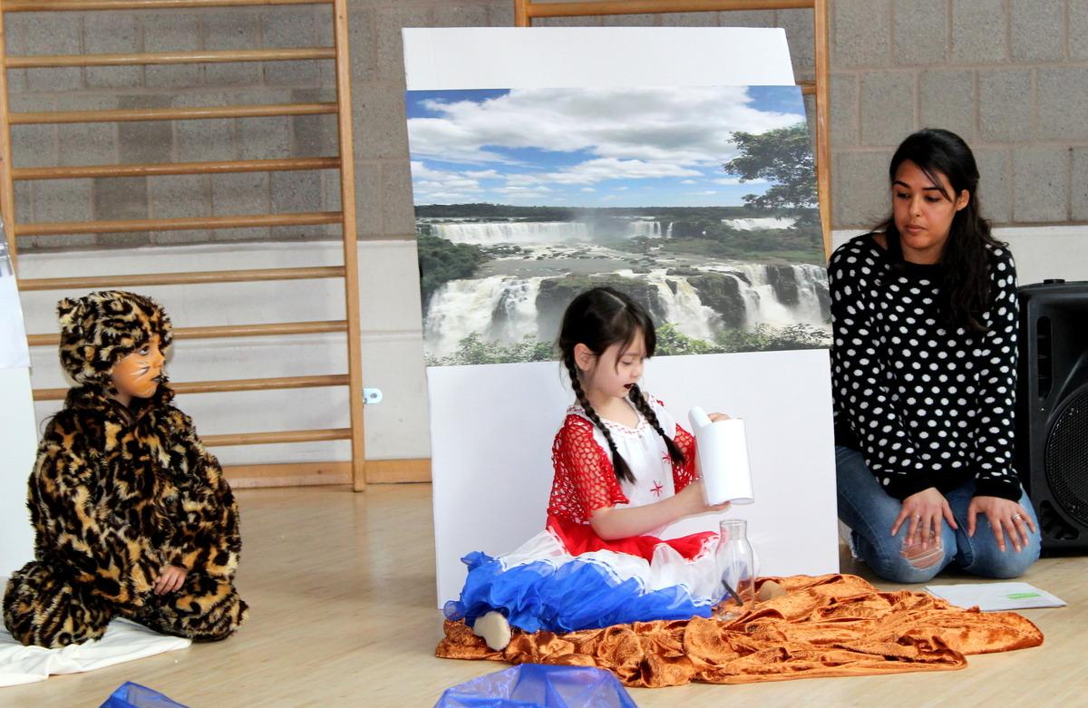"""Kultur aus der Flaschenpost: Im Elterncafé zeigten die Kinder der Kita """"Am Schießrain"""" in einem Theaterstück Bestandteile verschiedener Kulturen."""