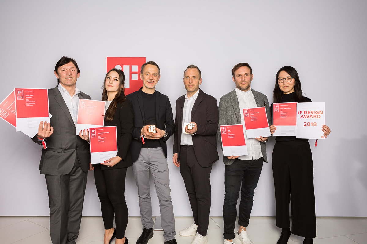 "Großer Erfolg für Grohe: Beim ""iF Design Award 2018"" erhält das Grohe Design Team sieben Awards, darunter zwei ""iF Design Awards"" in Gold, hier in den Händen von Paul Flowers, Chief Design Officer, ""Lixil Water Technology"" und Michael Seum, Vice President Design von Grobe (dritter und vierter von links)."