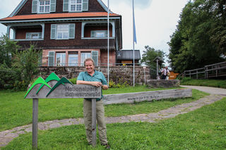 Minister Franz Untersteller vor dem Nationalpark-Gebäude