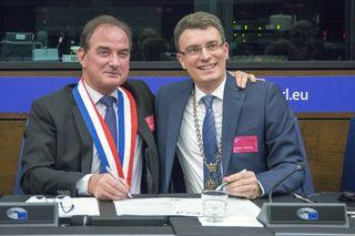 Die beiden Bürgermeister Bernard Fischer und Thorsten Erny bei der Unterzeichnung der Partnerschaftsurkunde