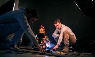 Frank König mit Emre Özlü (links) bei Arbeiten zu einem Imagefilm über die Althistorische Narrenzunft – das Filmen ist seine große Leidenschaft.