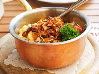 Leckere Käsespätzle mit Zwiebeln helfen über Kummer hinweg.