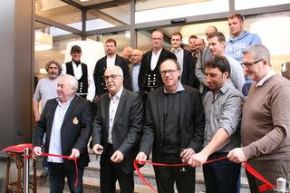 Gastronom und Investor Daniel Irion, Oberbürgermeister Toni Vetrano, Baubürgermeister Harald Krapp, Architekt Christian Castner (erste Reihe v. l.) sowie die am Bau beteiligten Handwerker bei der Einweihung.