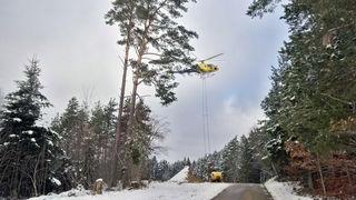 Ein Hubschrauber wirft Kalk-Gemisch über die Waldflächen in Hornberg-Reichenbach ab.