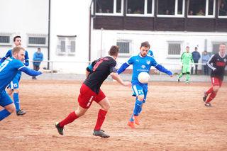 Der TuS Durbach (blaues Trikot) hatte das Spiel in Bühl weitgehend unter Kontrolle und holte sich gestern Nachmittag verdient ein Unentschieden.