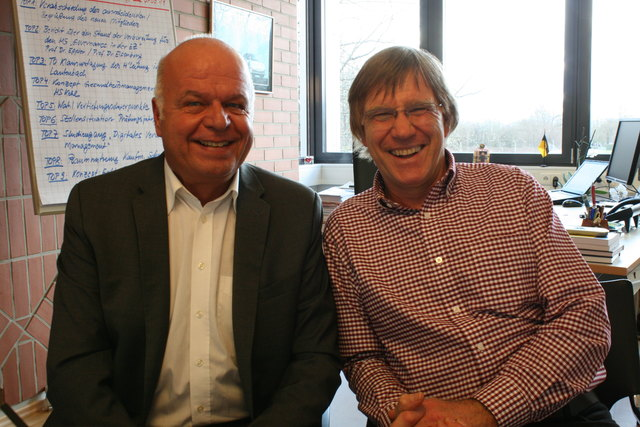 Rektor Prof. Paul Witt und Prof. Wolfgang Hafner, Nachhaltigskeitsbeauftragter der Hochschule Kehl zeigen auf, was die Hochschule in diesem Bereich unternimmt.