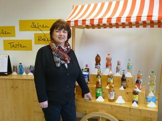 Leiterin Luzia Bollack-Beuschlein im Ernährungszentrum: Dort wird beispielsweise demonstriert, wieviel Zucker in Getränken ist.