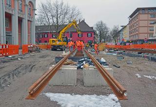 An der künftigen Haltestelle vor dem Kehler Rathaus werden die Gleise verlegt und ausgerichtet.
