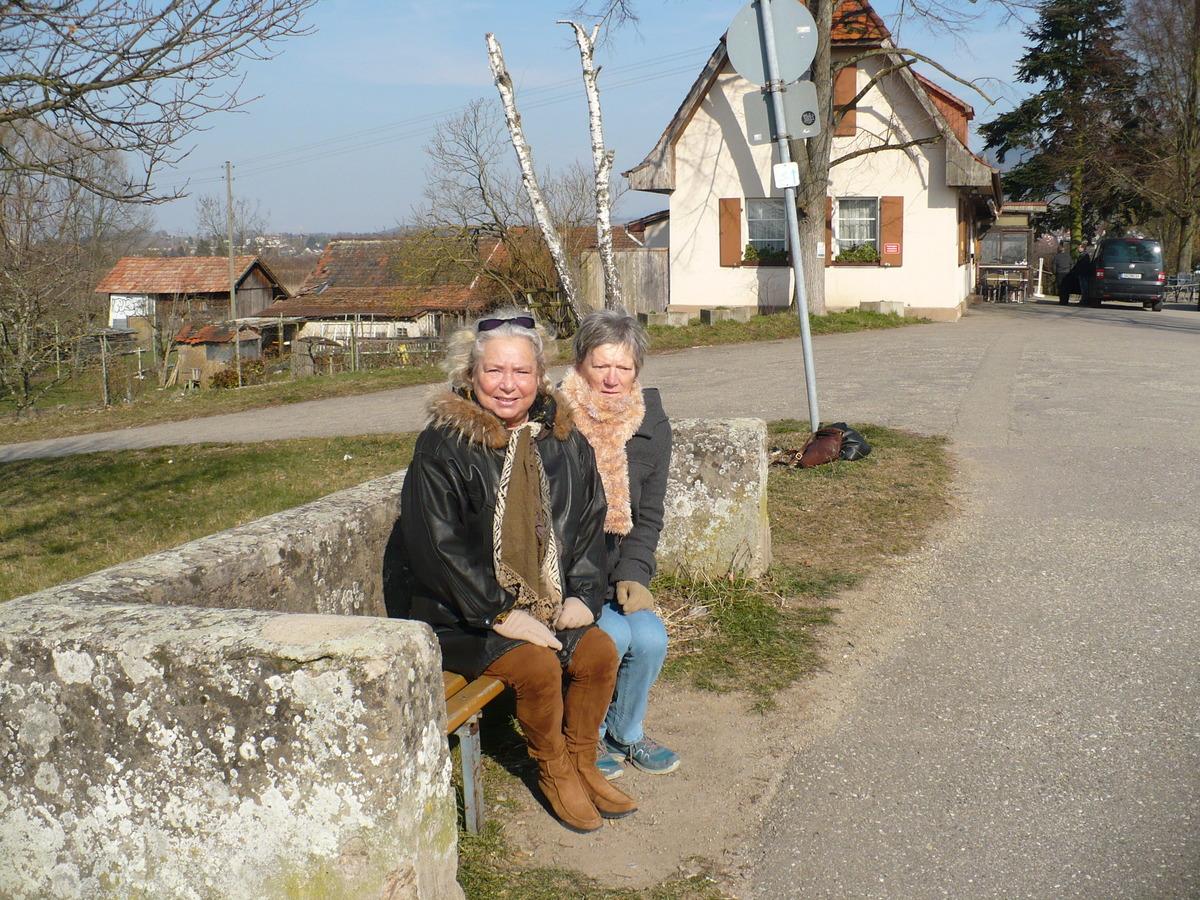Nur ein Foto erinnert sie noch an das alte Bänkle: Renate Klotzbach (links) und Christel Weber sind gerne an der Kinzig.