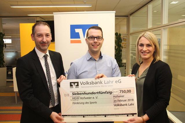Regionalmarktleiter Rainer Griesbaum, Marco Gutmann (HGW) und die Center-Leiterin Hofweier, Tanja Stark (v. l.)