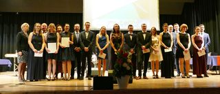 Die Preisträger des Absolventenjahrgangs freuen sich über die Auszeichnung.