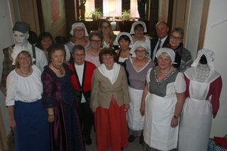 Bürgermeister Dietmar (hinten rechts) stattete den fleißigen Näherinnen einen Besuch ab.