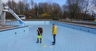 Nachdem der grobe Schmutz mit dem Hochdruckreiniger entfernt wurden, sorgen Florian König (rechts) und sein Mitarbeiter Alexander Treise für den Feinschliff, um das Nichtschwimmerbecken fit für die Saison zu machen.