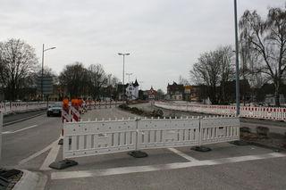 Noch fließt der Verkehr in der Großherzog-Friedrich-Straße beim Parkplatz Läger. Das ändert sich Mitte April, dann beginnt der Gleisbau für die Weiterführung der Tram.