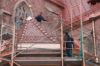 Das Bild zeigt das Seitendach der Marienkapelle mit dem Mitarbeiter der Blitzschutzfirma und dem Architekten Oliver Bäuerle