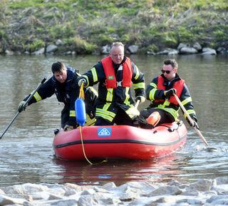 Rettungskräfte im Einsatz: In einem Seitenarm des Altrheins bei Ottenheim wurde am Sonntag eine Leiche geborgen.