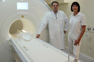 Für rund eine Million Euro hat das Ortenau Klinikum – hier: Chefarzt Professor Dr. Harald Brodoefel und Radiologieassistentin Ulrike Grimm – 2016 einen Magnetresonanztomographen (MRT) angeschafft. Das Land übernahm nur einen Teil der Kosten.