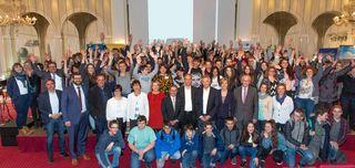 """Die teilnehmenden Schüler sowie die beteiligten Akteure des """"Schnupperpraktikums am Oberrhein"""" freuen sich über den Erfolg des Projekts auf der Feierstunde im Europa-Park."""