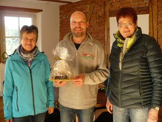 Für den Gastgeber gab es ein selbstgebasteltes Osterei als Dankeschön (v. l.): Gewinnerin Hannelore Zehnle, Geflügelhofchef Martin Zapf und Klara Vögele