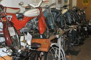 Motorisierte Zweiräder aus vielen Jahrzehnten