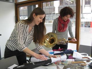 Carina Roth und Natalie Bruder (r.) sortieren Fundgegenstände in Vorbereitung der Auktion.