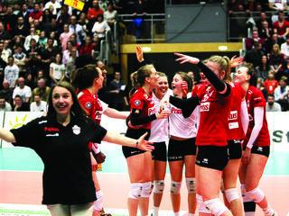 Die Volleyballerinnen des VC Printus Offenburg feiern die Meisterschaft in der zweiten Bundesliga.