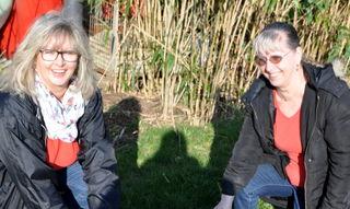 Irene Papp, Vorsitzende des Tierschutzvereins Oberkirch/Renchtal (l.) und Regine Thorn, Leiterin der Katzenstation, mit dem im Gebüsch versteckten Hauskater Jamie