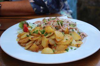 Der Vesperklassiker aus der badischen Küche: Wurstsalat mit knusprig gebackenen Brägele