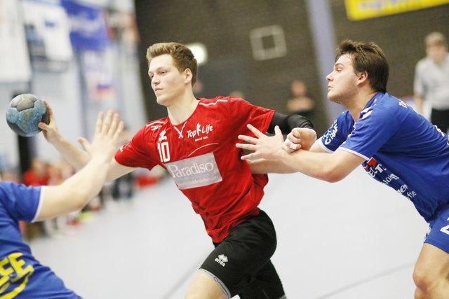 Der TuS Altenheim (rotes Trikot) war im Derby gegen den TuS Helmlingen nicht zu bremsen und siegte am Ende klar mit 28:21 Toren.
