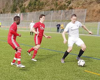 Der TuS Oppenau (rotes Trikot), hier beim Heimspiel gegen den SV Oberharmersbach, nahm auch die Hürde in Elchesheim und marschiert in Richtung Verbandsliga.
