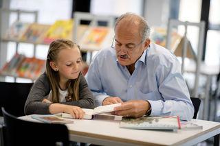 Lesepaten helfen Kindern, die Sprach- und Lesekompentenz spielerisch zu verbessern.
