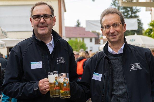 Geschäftsführer Siegbert Meier (r.) und Prokurist Michael Ziegler präsentieren die aktuellen Krüge, die alle inklusive zweier Bierproben erhalten, die den Wanderpass erwerben.