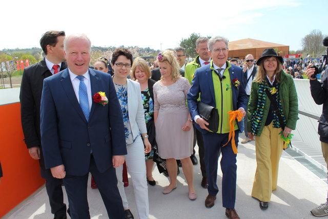 Den Ehrengästen waren die ersten Schritte über die Ortenau-Brücke vorbehalten.